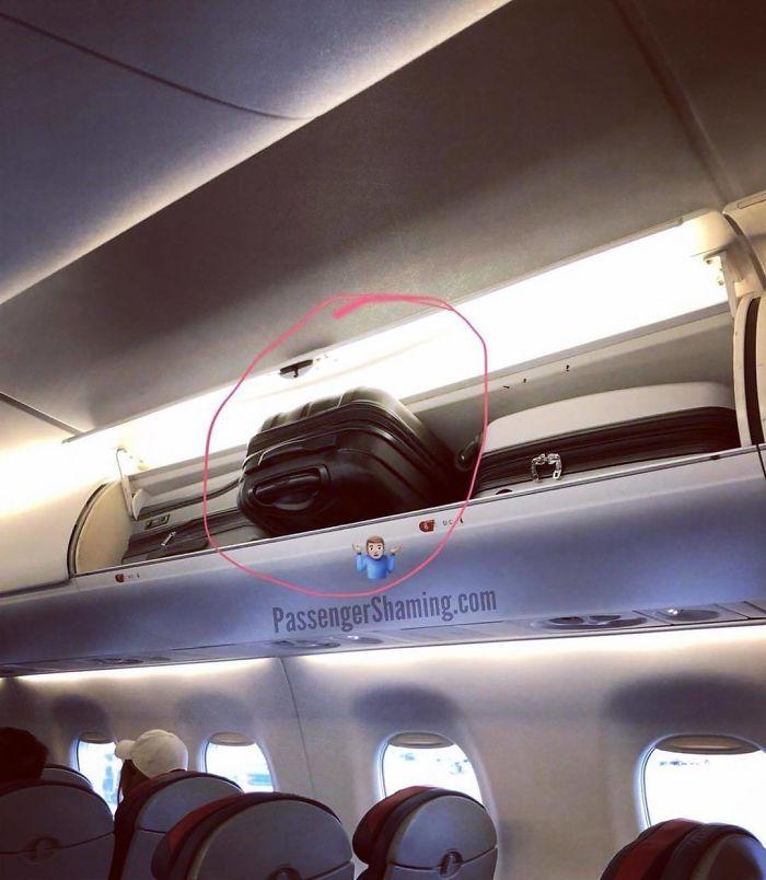 Porque los asistentes de vuelo tienen superpoderes y solo lo deja para que otra persona se ocupe de