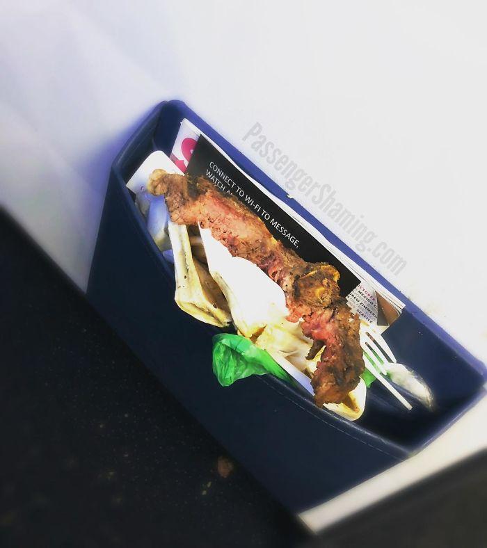 Sí, esta es la primera clase. Sí. Esto es (¿era?) Un filete de hueso en T que alguien comió. Sí, pusieron el hueso y permanecen en el bolsillo trasero del asiento conectado al tabique