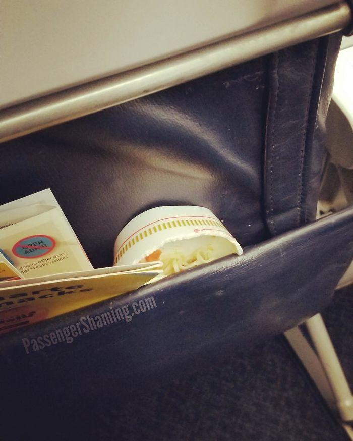 Los bolsillos del respaldo del asiento no son recipientes para la basura