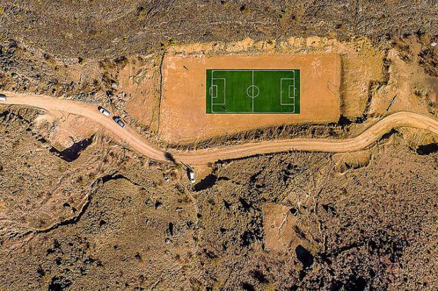 Campo de fútbol en las montañas Jabal de Omán, por Kolibik-foto