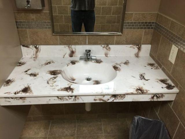 No es el color que uno quiere visualizar en un baño...