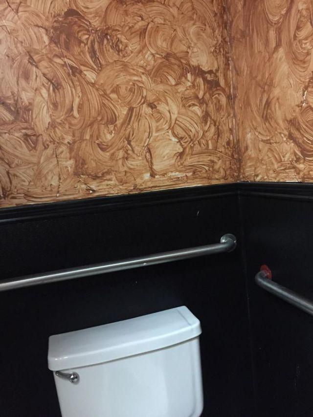 La pintura en este baño público