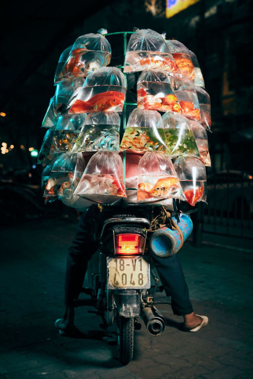 Photographer shows the lives of motorcycle deliverers in Vietnam 5cd90c1a94acd  880 - Os motoqueiros-camelô de Hanoi