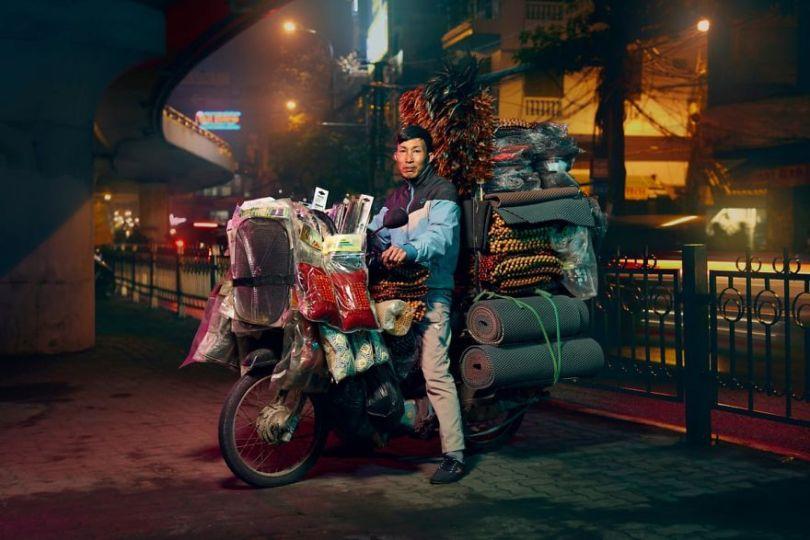 W4 5cd838f0798bb  880 - Os motoqueiros-camelô de Hanoi