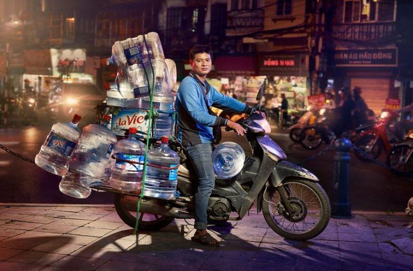 W5 5cd838f533185  880 - Os motoqueiros-camelô de Hanoi