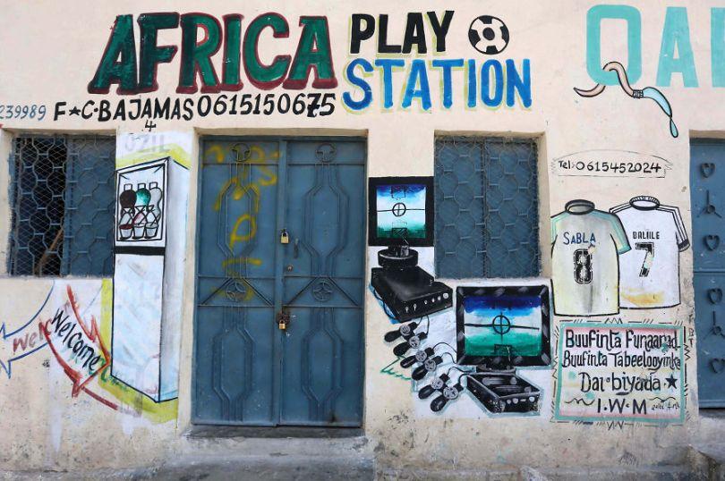 somalia hand painted storefronts 15 5cf4d7705bf4b  880 - Você Sabia? Vitrines na Somália tem que ter desenhos