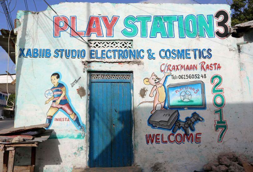 somalia hand painted storefronts 7 5cf4d6ae426fa  880 - Você Sabia? Vitrines na Somália tem que ter desenhos
