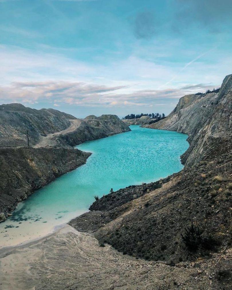 BrusBtKn wZ png  700 - Instagramers confundem lixo tôxico por lindo lago azul