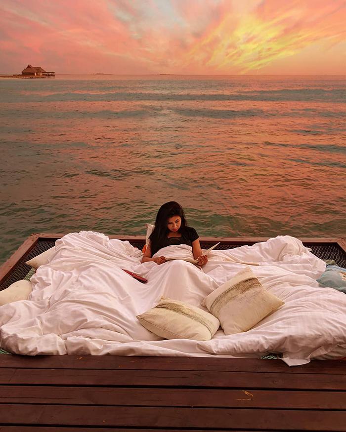 maldives hotel net over water grand park kodhipparu 5d2c35641a237  700 - Dormir sob as estrelas e sobre o Oceano em uma rede