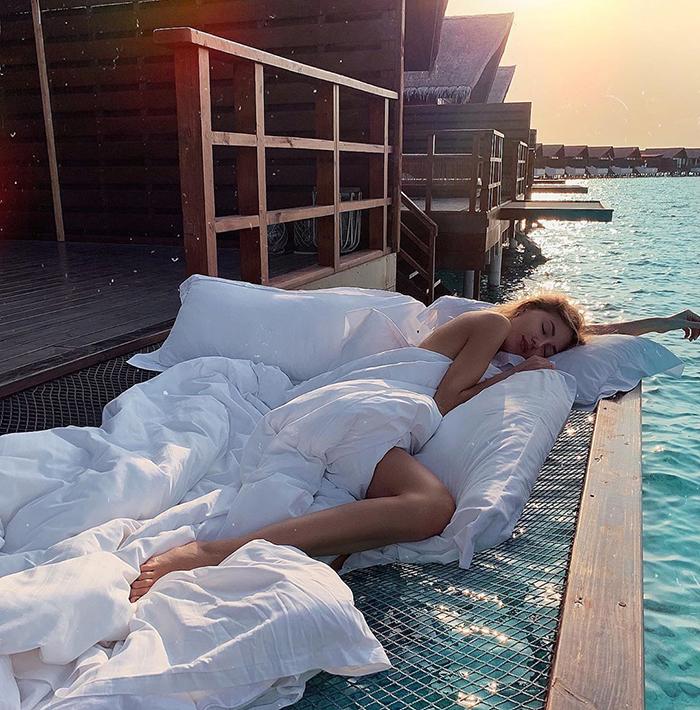maldives hotel net over water grand park kodhipparu 5d2c356d376d7  700 - Dormir sob as estrelas e sobre o Oceano em uma rede