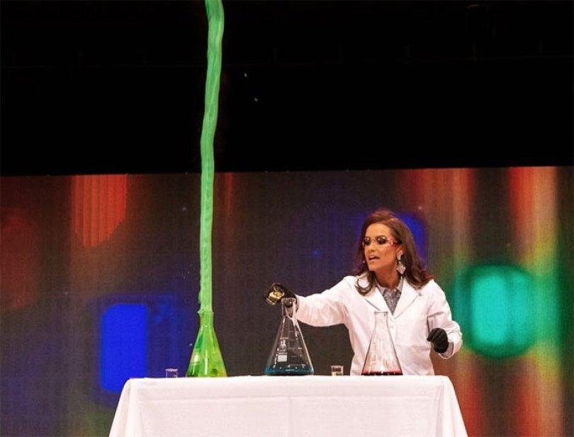 miss virginia biochemist science experiment talent peagant winner camille schrier 14 5d1c5ee258ab6  700 - Concorrente ao Miss Virginia faz experimento científico em pleno Concurso