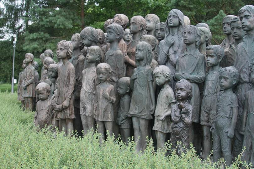 sculptures children of lidice czechoslovakia czech republic 1 5d2d8c0690a35  700 - Escultura de cortar o coração retrata 82 crianças que foram entregues aos nazistas