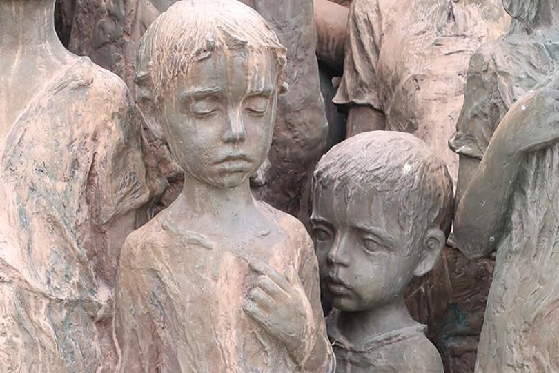 sculptures children of lidice czechoslovakia czech republic 4 5d2d8c0e27c4d  700 - Escultura de cortar o coração retrata 82 crianças que foram entregues aos nazistas