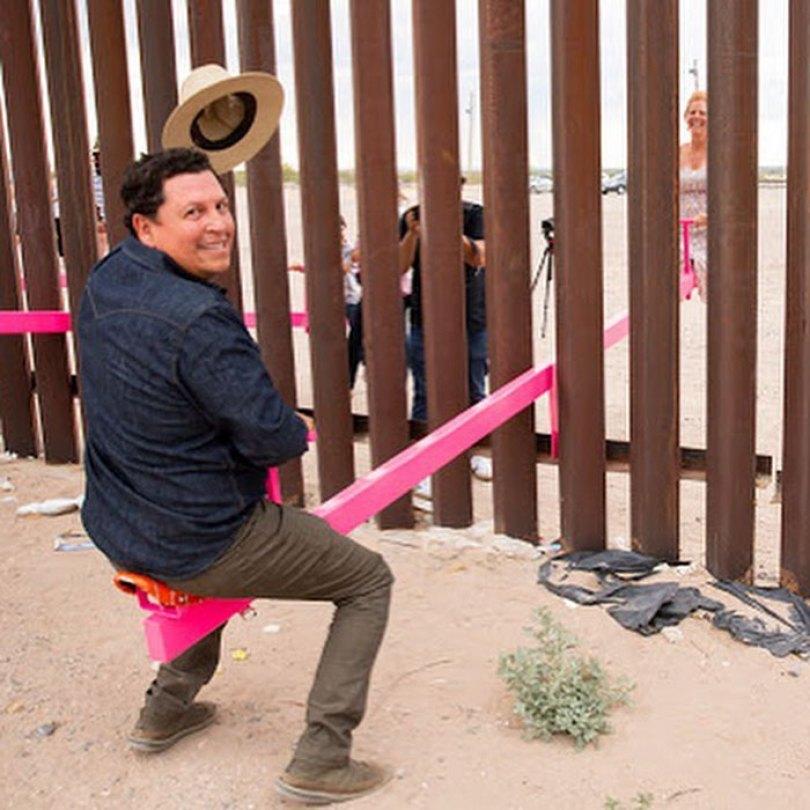 wall 6 5d4038e9627dd  700 - Crianças dos EUA e do México brincam juntas em gangorras na fronteira