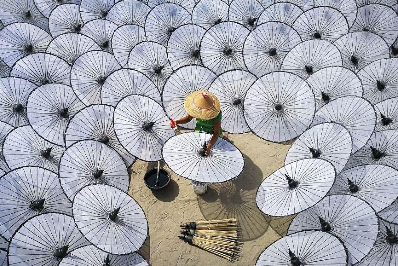 Entre os guarda-chuvas brancos