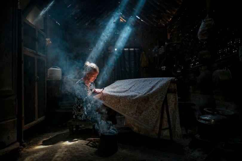 Sob a luz que faz ofícios do Batik