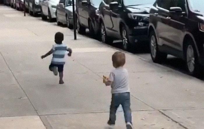 cute toddlers kids hugging 18 5d775ce3e8dbf  700 - Crianças se abraçando ganha a Internet