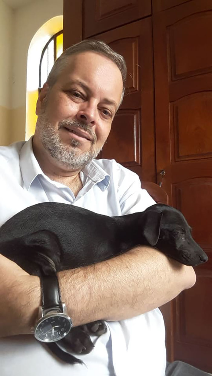 Brazilian priest welcomes stray dogs inside church to be adopted 5db03d6b604c0  700 - O que fez o cachorro ao ver a porta da igreja aberta?