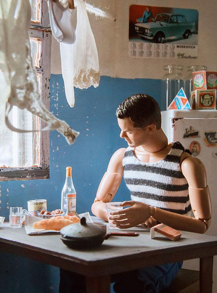 slav barbie ken lara vychuzhanina 12 5de90ddeae51a  700 - Fotógrafo capturou como seria se Barbie e Ken vivessem na Rússia Soviética