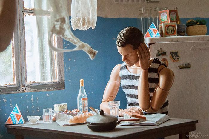 slav barbie ken lara vychuzhanina 9 5de90dd8d0494  700 - Fotógrafo capturou como seria se Barbie e Ken vivessem na Rússia Soviética