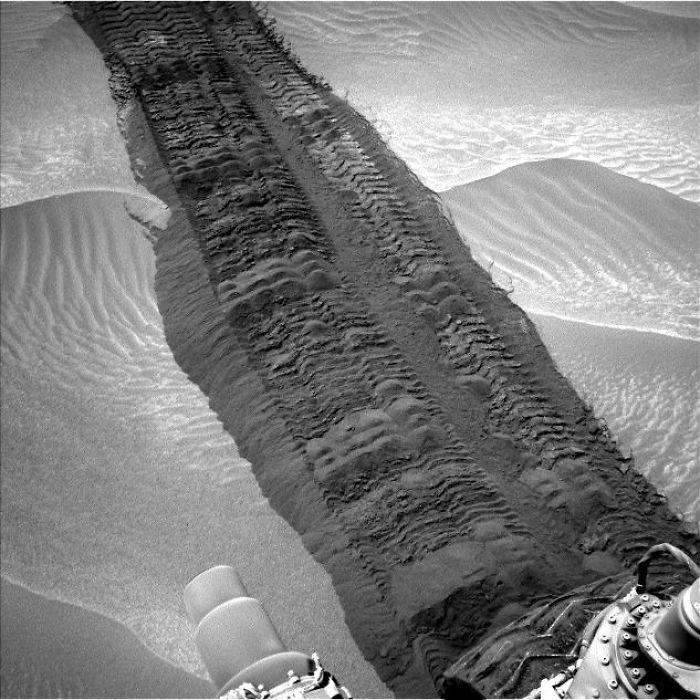 Curiosity Tracks In 'Hidden Valley' On Mars