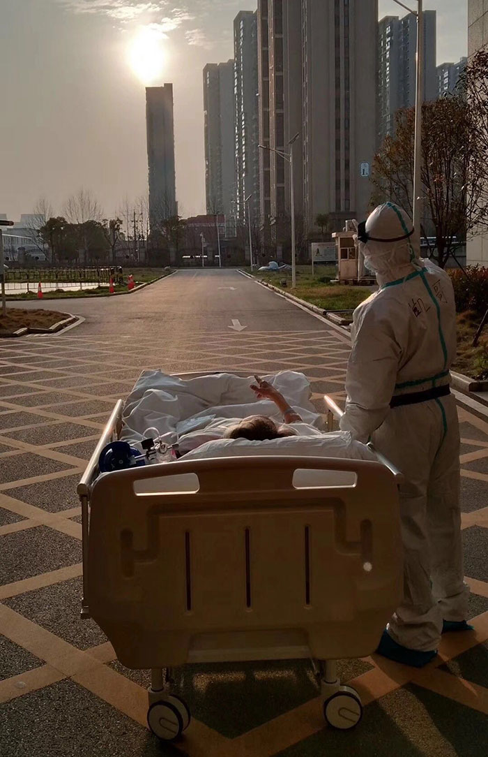 A Doctor In Wuhan Stopped To Let A 87 Year Old Patient To See The Sunset During A Transfer