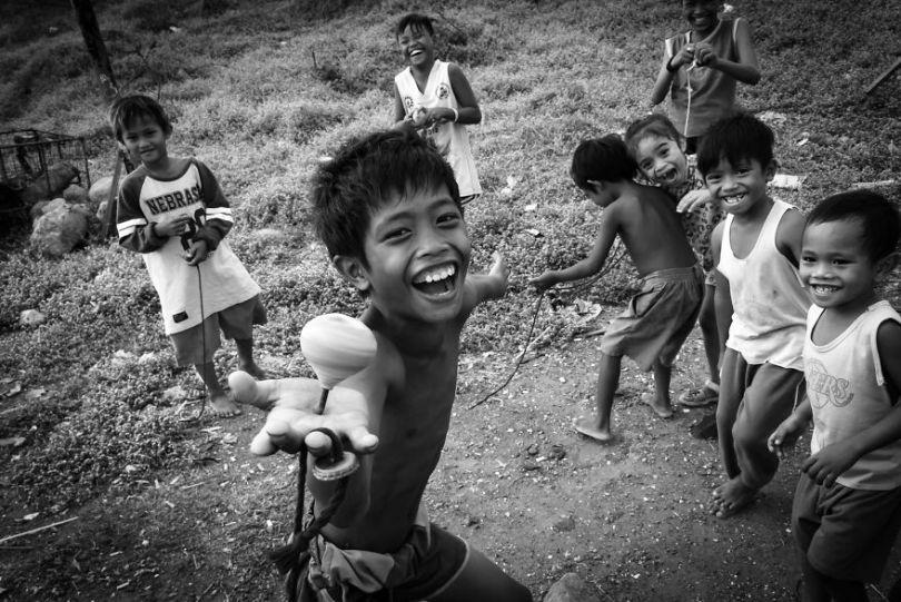 Alegria simples como essas crianças brincando ao ar livre em vez de gadgets