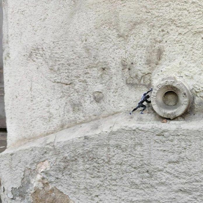 Городской Сизиф le Mythe Urbain De Sisyphe #sisyphe #oakoak #streetart #urbanintervention #art #urban #arturbain #wallart #saintetienne #funny #smallart #mythologie #stencil #stencilart #sisyphe