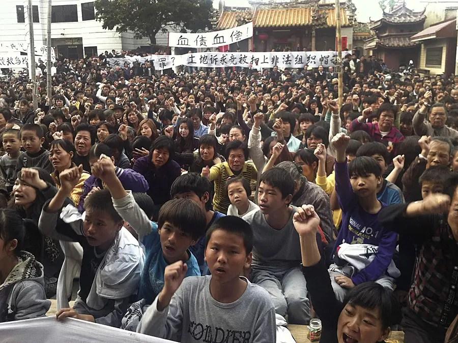 Но захвата земель вызвали социальные волнения и протесты в Wukan и Гуандун, с жителями села требуют их возвращения своих сельскохозяйственных угодий.