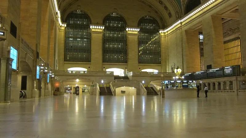 Нью-Йорк Grand Central Station является устрашающе пустыми
