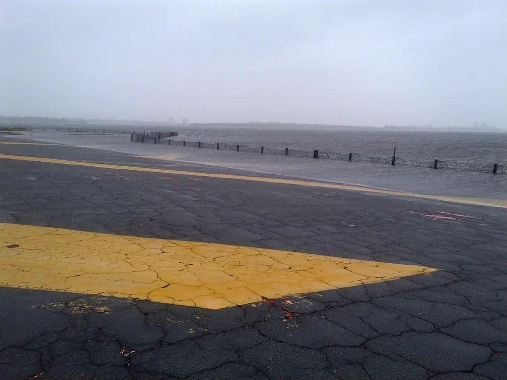 Наводнения подходить JFK взлетно-посадочных полос