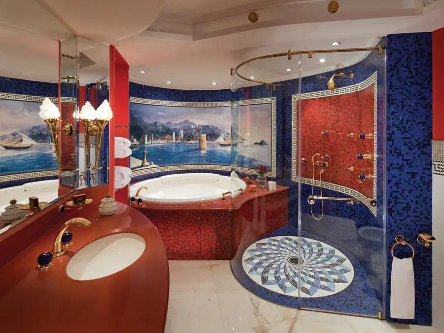 Incluso los baños son de lujo, con jacuzzi de mármol y azulejos elegantes.