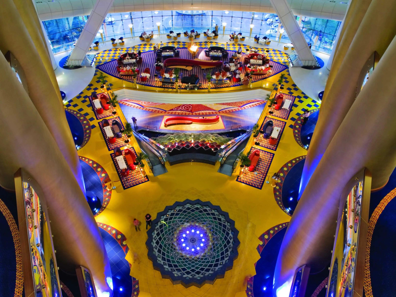 En el interior, el edificio se siente grande y espacioso.  El vestíbulo de colores se ve influenciada por la estética del diseño islámico.