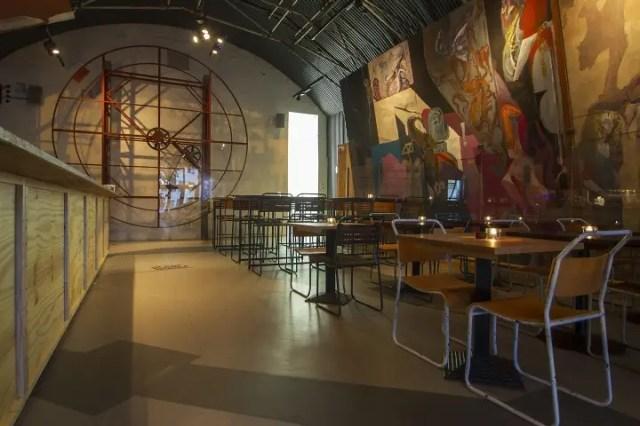 碉堡包括公共空间,比如一个酒吧,在世界末日的时候扔回来一些。