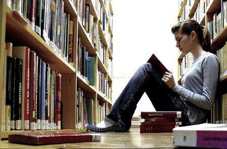 Las mujeres se inclinan en mayor media por la formación universitaria.