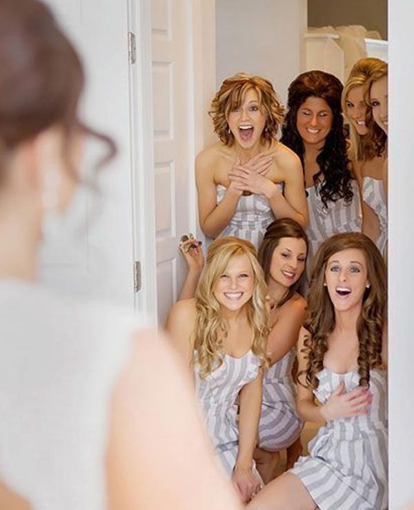 Foto criativa com as madrinhas | Fonte: www.elegantweddinginvites.com
