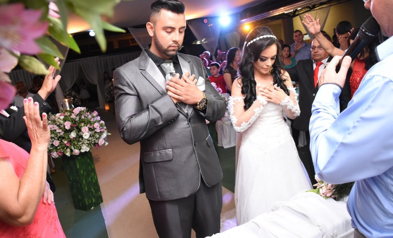 Momento de oração no casamento da Adriana e do Everton