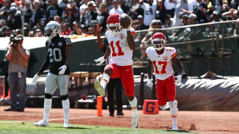 Chiefs Defeat Raiders, 28-10, Behind QB Patrick Mahomes' Four Touchdown  Passes
