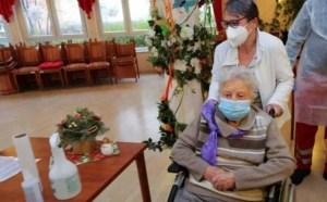 """准备在德国进行大规模疫苗接种101岁的妇女接受""""首次注射"""""""