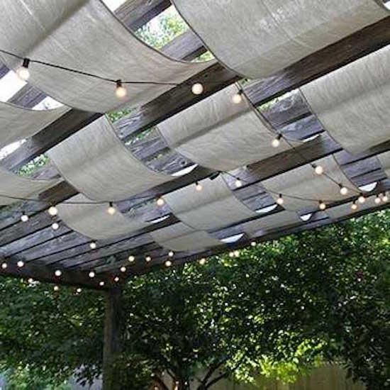 un drape de tissu pour faire de l'ombre sur la terrasse
