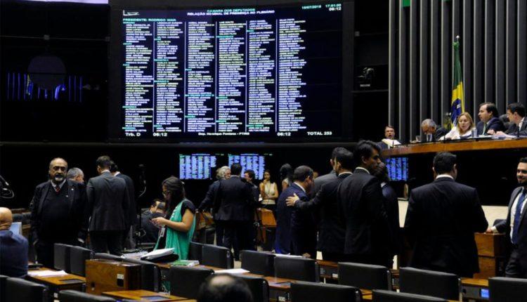 Deputados aprovam projeto de piso salarial para agentes de saúde