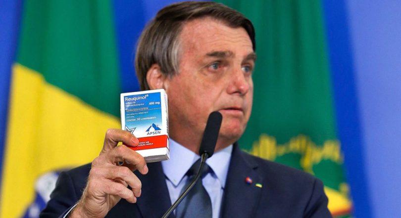 Bolsonaro mostra uma caixinha de Hidroxicloroquina, símbolo do tratamento precoce, durante a posse do ministro da Saúde. Tratamento ineficaz conta com propaganda governamental <div class='fotografo'>Carolina Antunes/PR</div>