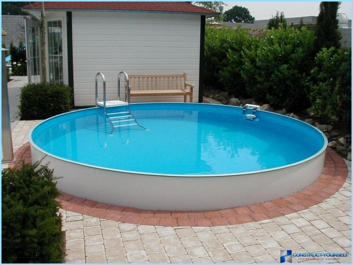 حمام سباحة في البلاد بأيديهم