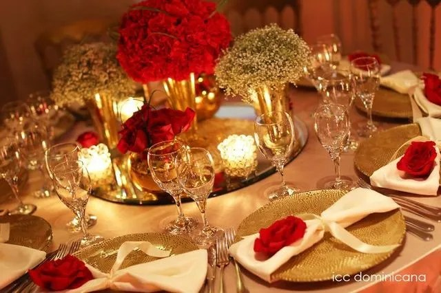table de fete en rouge et or