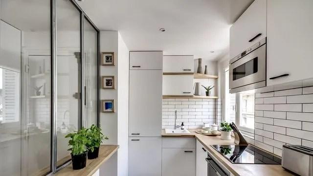amenager une petite cuisine en photo une petite cuisine entre bois et blanc amenagee