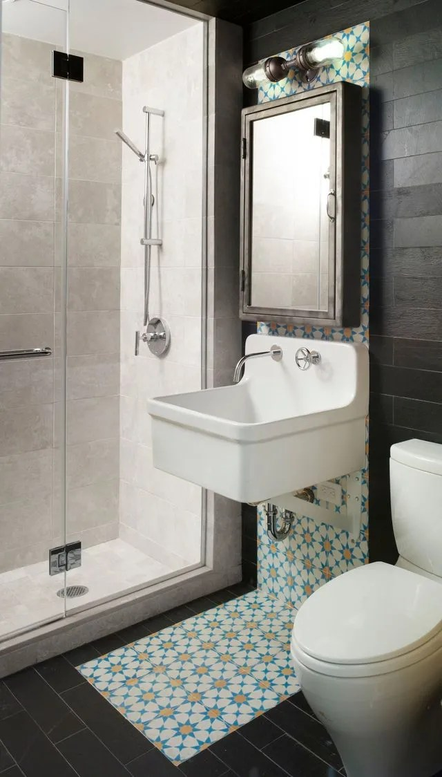 salle de bains avec carreaux de ciment