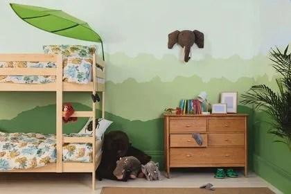 agrandir un degrade de peinture esprit jungle dans la chambre d enfant