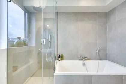 agrandir la douche et la baignoire se font discretes dans la salle de bains