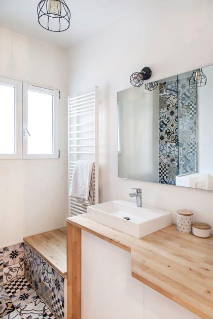 petite salle de bain blanche et bois