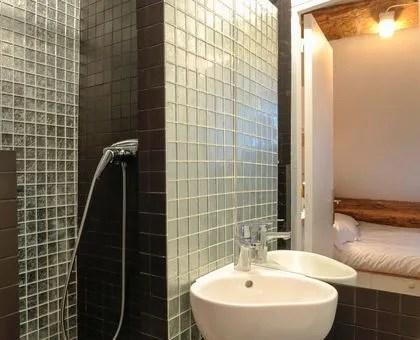 salle de bain sans fenetre sombre